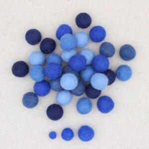 Mix palline feltro celeste, azzurro, bluette, jeans e blu notte - Cose di Laura creatività in feltro