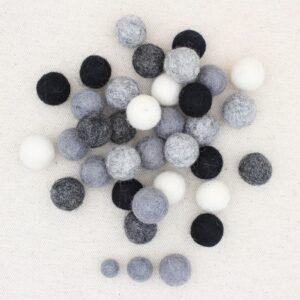 Mix palline feltro panna, grigio melange, grigio scuro, antracite e nero- Cose di Laura creatività in feltro