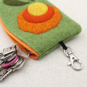 Astuccio portachiavi in feltro con cerniera, moschettone esterno ed anello portachiavi interno - Cose di Laura creatività in feltro