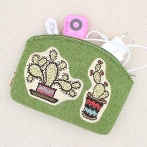 Pochette in feltro con cactus di stoffa gobelin applicato - Cose di Laura creatività in feltro