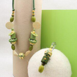 Parure collana e spillone in sfere di legno, rotolini di gro e anelli uncinetto - Cose di Laura creatività in feltro