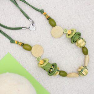 Collana in sfere di legno, rotolini di gro e anelli a uncinetto - Cose di Laura creatività in feltro