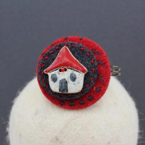 Spillone tondo in feltro con bottone di ceramica a casetta- Cose di Laura creatività in feltro