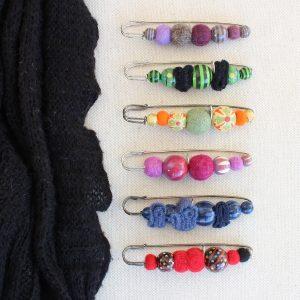 Spilloni per maglie con perle di legno e feltro - Cose di Laura creatività in feltro