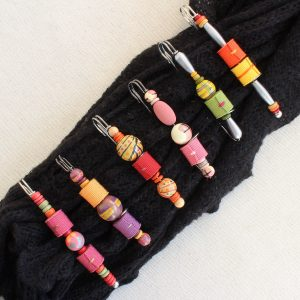 Spilloni per maglie con perle di legno e gro - Cose di Laura creatività in feltro