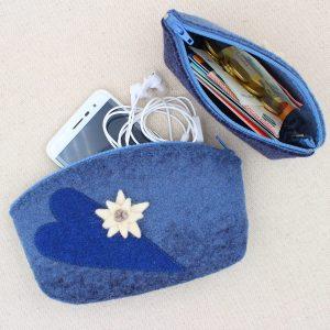 Pochette in feltro blu melange con cuori e stella alpina - Cose di Laura creatività in feltro
