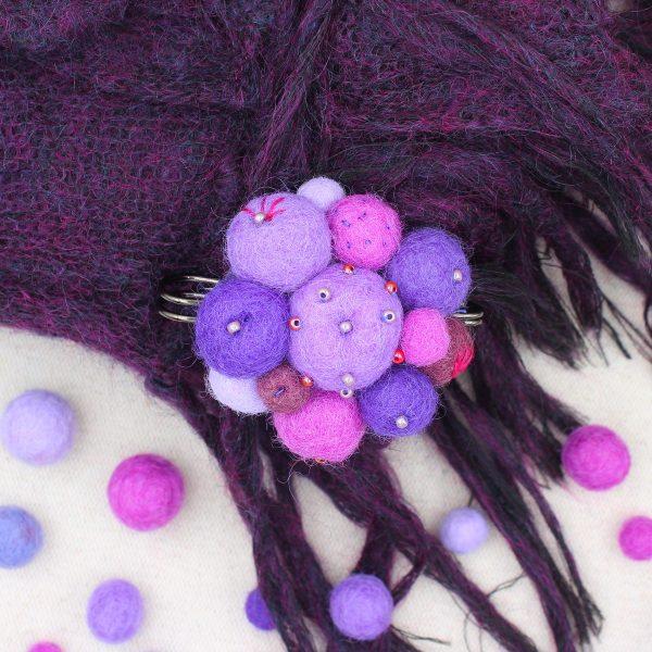 Spillone viola realizzato con palline di feltro - Cose di Laura creatività in feltro