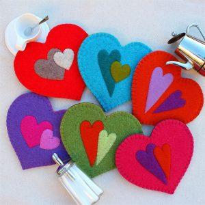 Sotto pentola a cuore in feltro con decorazione a cuore (fronte) - Cose di Laura creatività in feltro