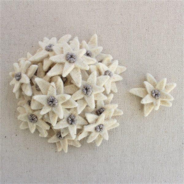 Stella alpina grande (5,5 cm) in feltro ricamata a mano - Cose di Laura creatività in feltro